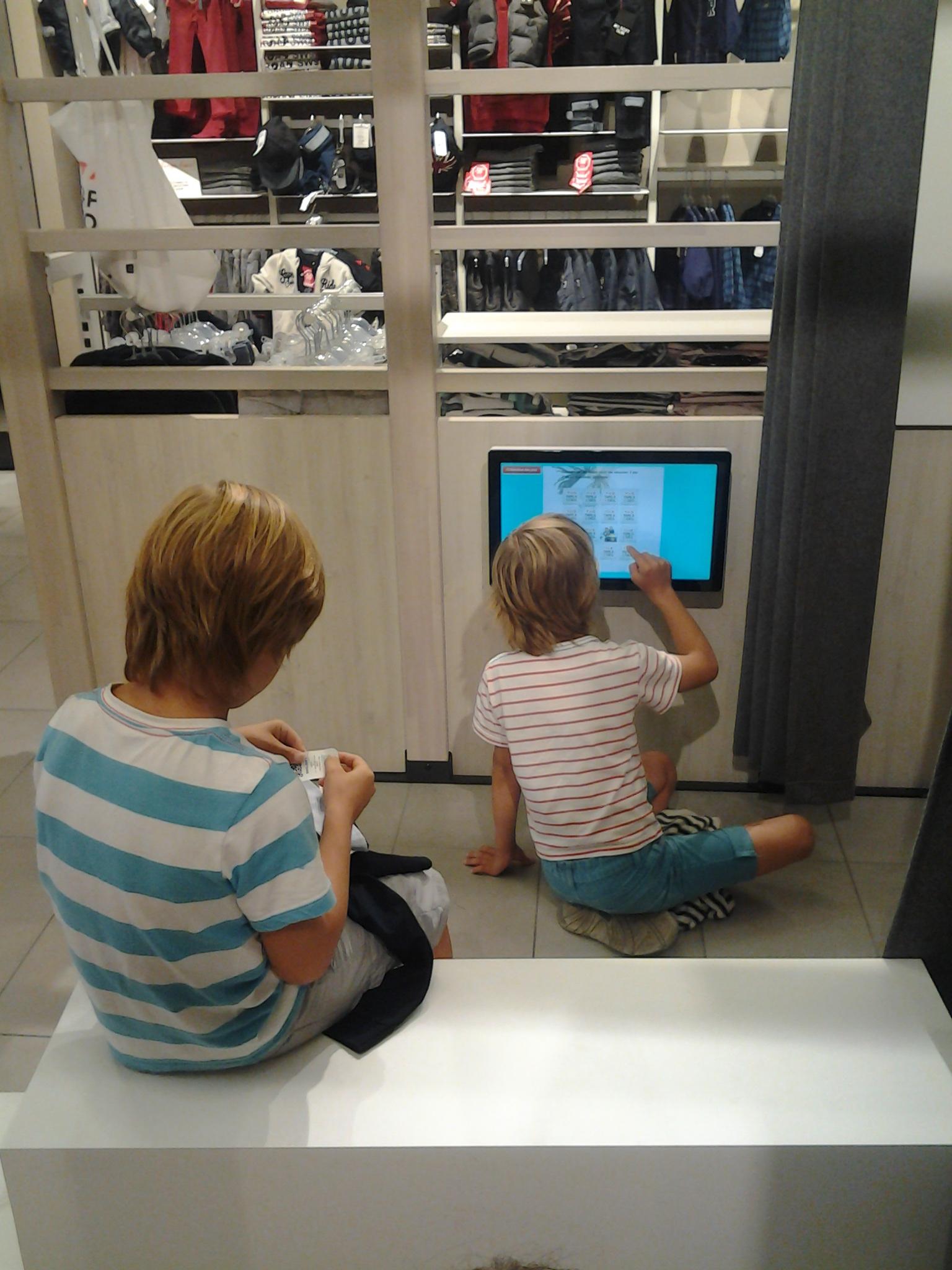 Occupation enfants magasin tablettes