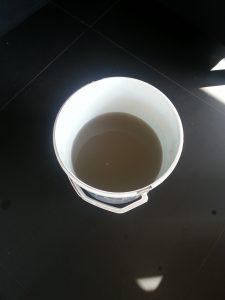 Nettoyage canapé en tissu - eau sale