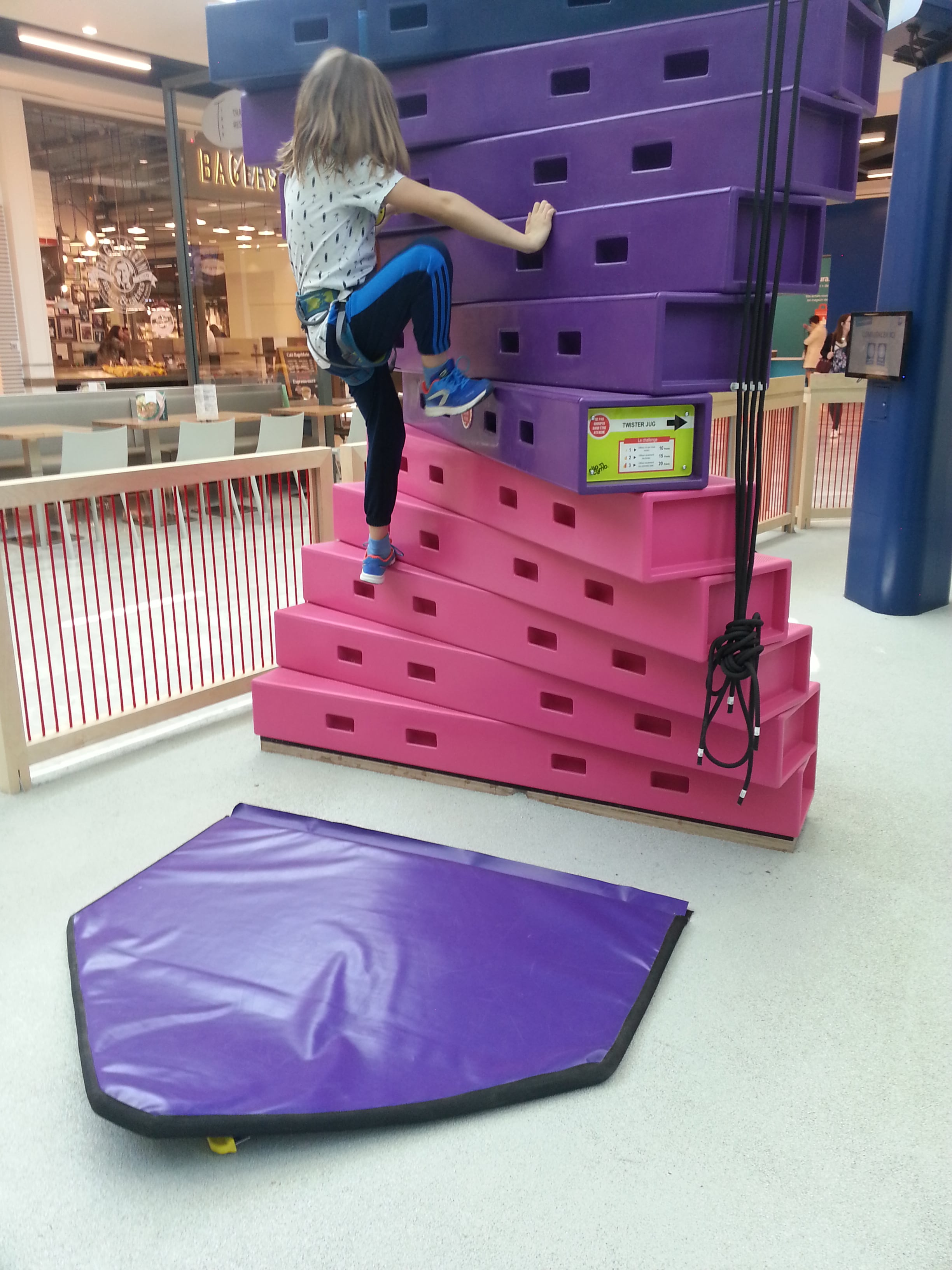 maman-forme-hapik-rennes-escalade-ludique-enfant-parent-escalier-colore-debut-min