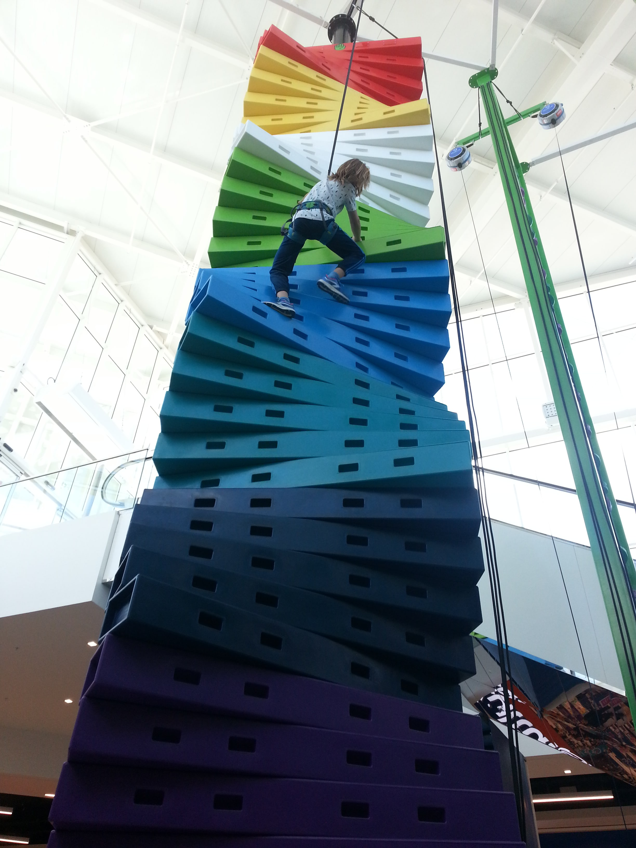 maman-forme-hapik-rennes-escalade-ludique-enfant-parent-escalier-colore-milieu-min